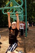 hengende, armer, overhead, stigen, swing, lykkelig, ung gutt, fotografert