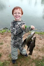 šťastný, chlapče, brýle, rybolov, hrdě, držení, ryby, chytat