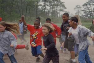 heureux, groupe, enfants, jeu, course