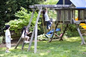 enfants, jeu, des groupes, plutôt, seuls