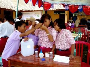 indonésie, les étudiants, la pratique, les tests, le traitement, l'eau, coffre-fort, boire