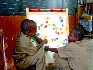 iskola, gyerekek, Jamaica, izgatott, olvasás