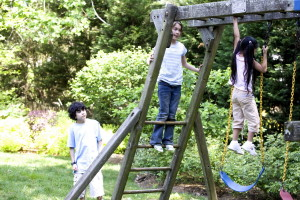 niños disfrutando, juego, madera, columpio, conjunto