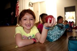 miling, genç kız, ön planda tutarak, kırmızı, lezzetli, elma, el,