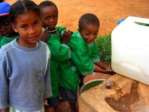 niños de la escuela, Madagascar, lavado, manos, jabón, portátil, el lavado de manos, la estación