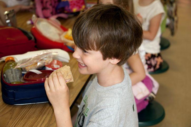 笑顔、若い男の子を食べること、小麦、サンドイッチ
