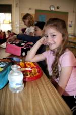 笑顔、若い女の子は、停止して、食べて、さて、ランチ、バランスの取れた
