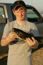 adolescent, garçon, pêche, tenue, basse, poissons