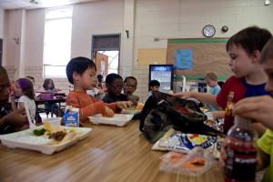 okul çocukları, hevesle, delving, öğle yemekleri