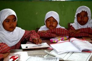 drei, junge Mädchen, in der Schule, Indonesien, Asien