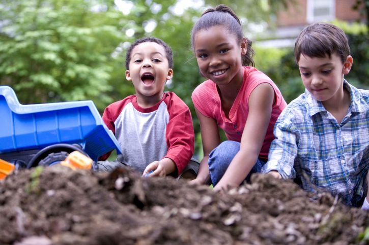 deux garçons, une, fille, visiblement, heureux, jouer, long