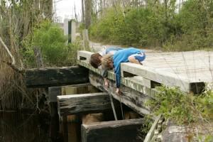 deux garçons, jeu, pont, long, bâtons