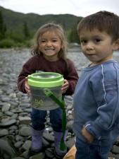 เด็กสอง เพลิดเพลิน วัน ตกปลา แม่น้ำ