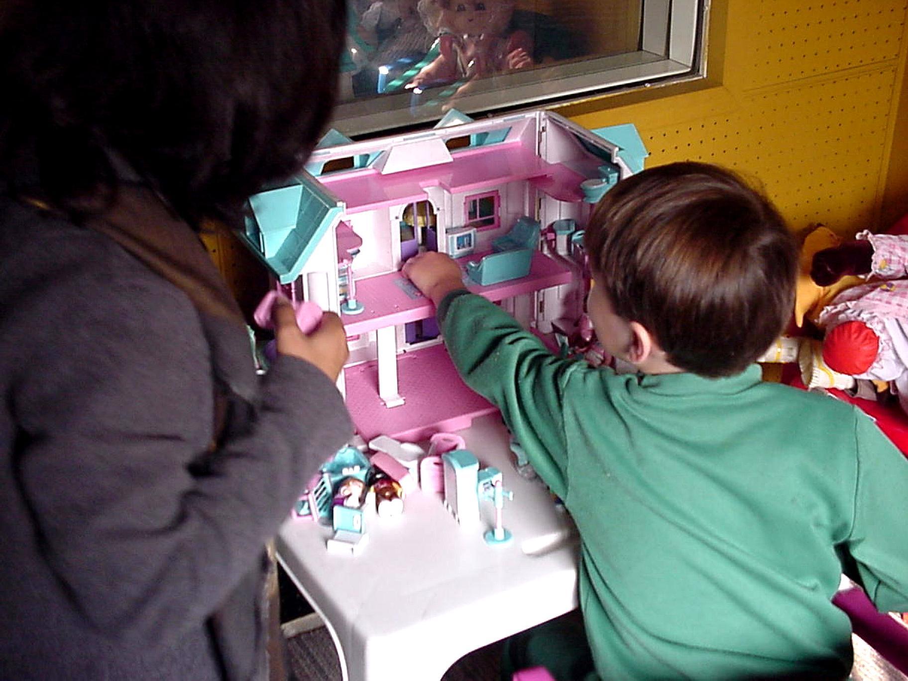 Gratis afbeelding jongen meisje play kamer huis