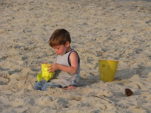jeune garçon, bâtiment, sable, château, plage