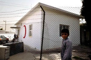 nuori poika, naapuruston, seisoo ulkopuolella, Aarafa, klinikka