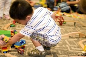 jonge jongen, entertainment, spelen, speelgoed