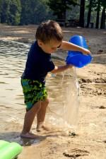 anak laki-laki, memegang, diisi air, mainan, ember