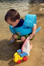 anak laki-laki, berlutut, pantai, memegang, mainan, jala, tangan, plastik, saringan, kiri