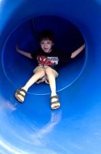 fiatal fiú, figyelembe véve, utazás, világos kék, dia, szomszédság, játszótér