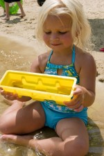 gadis muda, duduk, Danau, pantai, mengenakan, cerah, biru, kuning, setelan