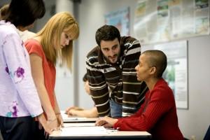 Afro-américain, femme, parler, deux femelles, un mâle, bureau