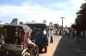 Bangladéš, město Sylhet, linka, vozidla, čeká, průjezd, jedna, lane, most