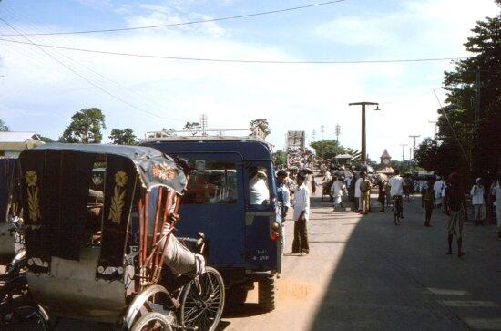 Bangladesh, city, Sylhet, line, vehicles, awaiting, passage, one, lane, bridge
