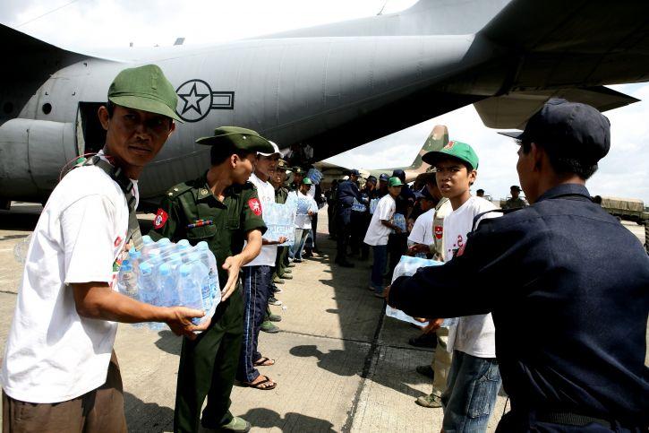 Barma, služba, členovia, formulár, linka, niesť, vody, dodávky, Yangon, medzinárodné letisko