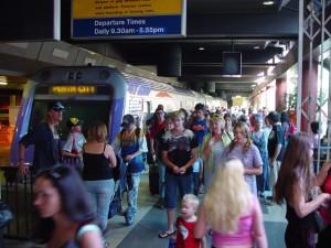 plné, vlak, platformy, perth, železničná stanica