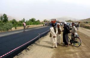 locale, les résidents, en observant, pavage, Kaboul, Kandahar, route
