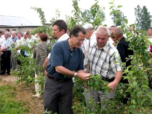 man, introduces, integrated, pest, management, members, Grodno, Belarus, fruit, growers, group