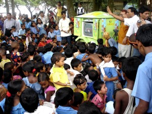 les enfants, la foule, les gens, pousse-pousse, le Bangladesh