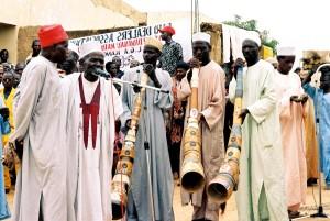 nigerian, les hommes, chanter, jouer, musical, cornes, traditionnel, accueillant, cérémonie