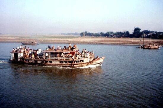 crowed, ferry, powered, Bangladeshs, Meghna, river