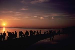 silhuetter, människor, kusten, titta, solnedgång