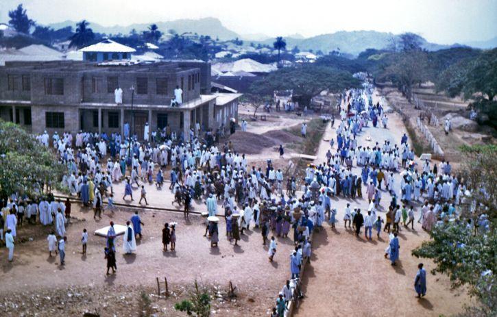 dominante, la foule, les gens, les rues, Dekina, Nigeria