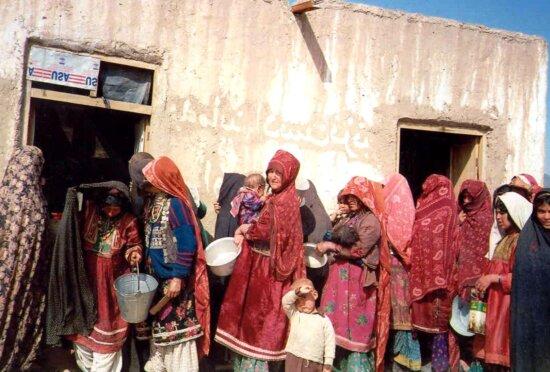 les femmes, les enfants, attendez, la nourriture, la distribution