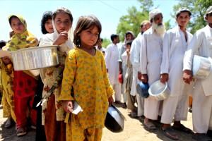 déplacés, filles, hommes, file d'attente, séparément, cuits, rations, camp, en interne, les personnes déplacées, les personnes