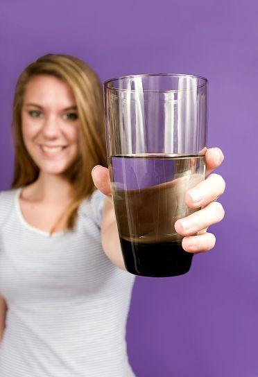 søt, ung kvinne, tilbyr, ren, glass, vann