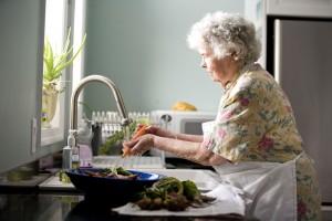 personnes âgées, femme, cuisine, processus, lavage, nourriture, frais, de l'eau