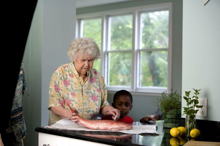 노인, 여자, 프로세스, 준비, 신선한 생선, 청소, 주방, 카운터