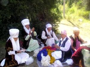 femelles, traditionnel, bleu, kirghize, veste, activement, de préparer, de laine, fait main, tapis
