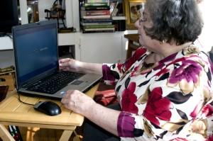 mamie, séance, petit, pliage, table, ordinateur portable, ordinateur