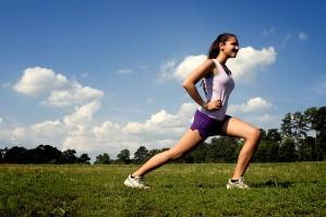 女の子、運動、位置、曲げ、膝を伸ばす
