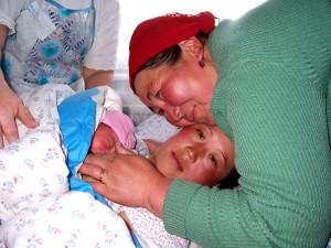 mère, aidé, fille, l'accouchement, Issyk, province, Kirghizistan