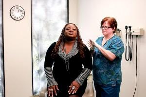 infirmière, laminage, nasale, vaccin, pulvérisateur, entre, les mains, le mélange, le contenu