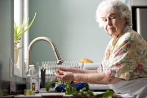 anciana, cocina, lavado, zanahorias, rábanos