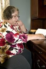 äldre kvinna, plockade, mail, gatan, brevlåda