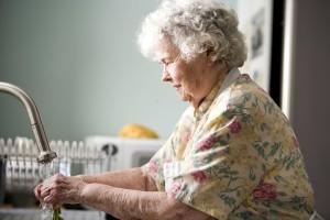 portrait, vieille femme, cuisine